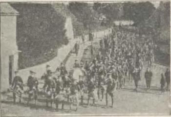 Wychowańcy Wellington College na wycieczce wojskowej.